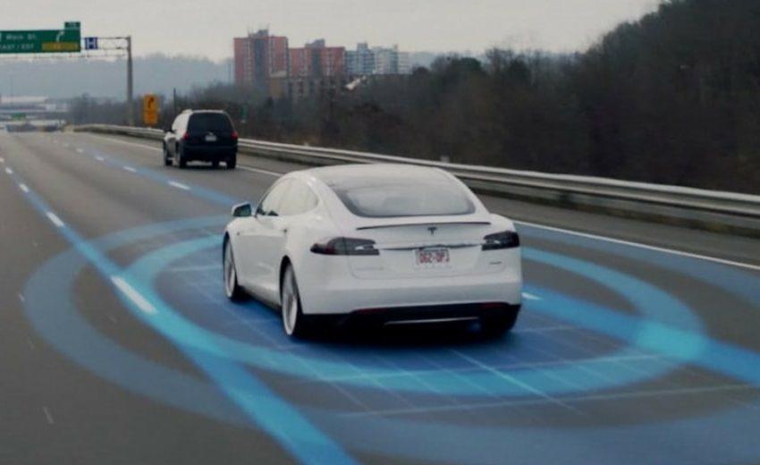 Tesla Ay ışığını trafik ışığı sanıyor!